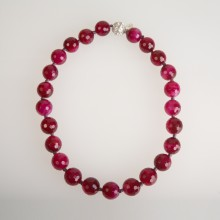 Frontansicht in fuxia Perlenkette von Iris Horbach